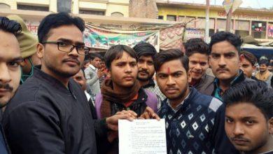 Photo of अपनी मांगों को लेकर सड़क पर उतर आए विद्यार्थी