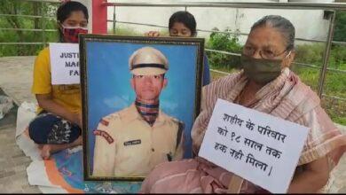 Photo of कारगिल विजय दिवसः धरने पर बैठा शहीद के परिवार के माता पिता, 18 साल से मिला सिर्फ आश्वासन