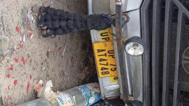 Photo of वाहनों की टक्कर से बिजली के खंभे टूटने पर हर्जाना विभाग को नही अधिकारियों की जेब में