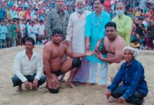 Photo of आगरा के बंटी को चारों खाने चित कर कानपुर के संजू पहलवान बने दंगल केसरी