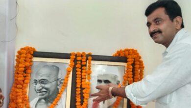 Photo of कांग्रेस नेता ने महात्मा गांघी और पूर्व पीएम लाल बहादुर शास्त्री को उनकी जयंती पर किया नमन
