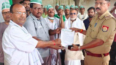 Photo of किसान नेता के साथ बंथरा पुलिस के द्वारा की गई मारपीट से नाराज किसानों ने किया प्रदर्शन